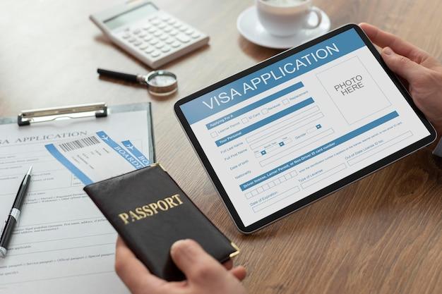 Formulário de pedido de visto em tablet