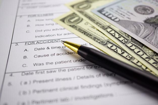 Formulário de reclamação do acidente do seguro de saúde com dinheiro e carro da moeda.