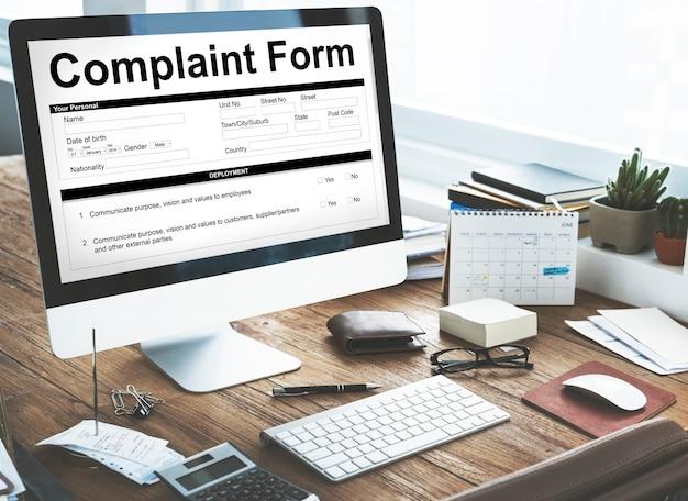 Formulário de reclamação em um computador no escritório