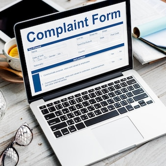 Formulário de reclamação em um laptop no escritório