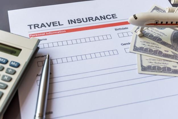 Formulário de seguro de viagem com modelo e documento de apólice