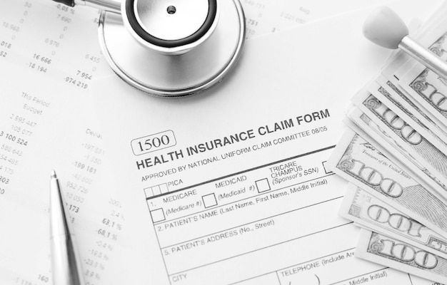 Formulário de solicitação de seguro saúde. apólice de seguro saúde médico individual com estetoscópio e notas de dólar.