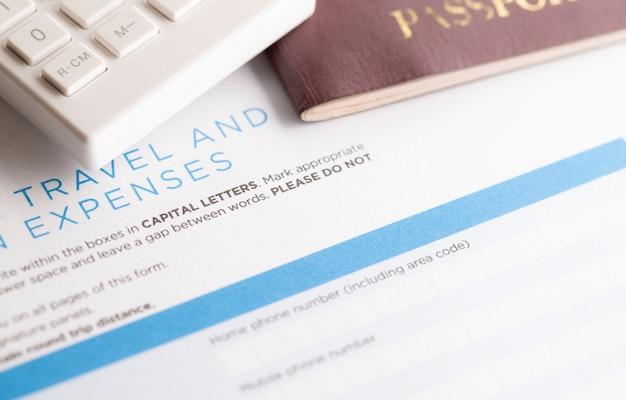 Formulário de viagem com calculadora e passaporte