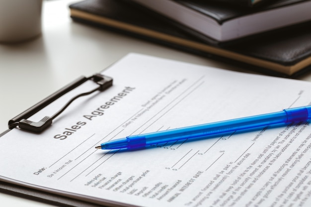 Formulário do contrato, vendendo e comprando o conceito da casa ou do condomínio