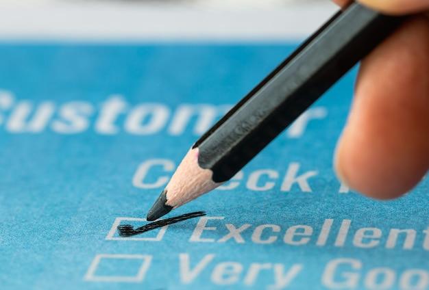 Formulário excelente de pesquisa de lista de verificação de cliente para satisfação de feedback, marque sobre o documento de formulários de inscrição azul com lápis vermelho. botão de perguntas de opinião para preencher a marca de verificação para negócios