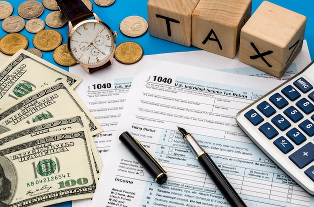 Formulário fiscal 1040 com imposto sobre o rendimento em dinheiro