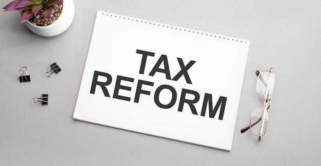 Formulário fiscal 1040 com lupa. conceito de imposto