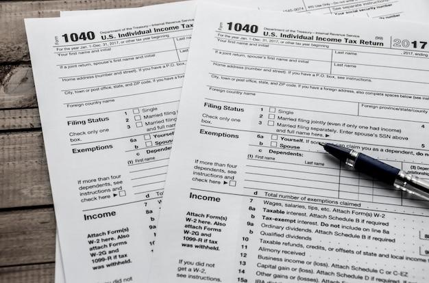 Formulário fiscal 1040 e caneta