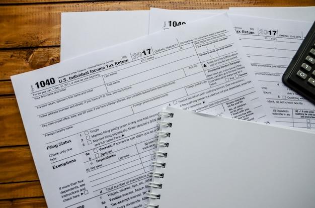 Formulário fiscal 1040 e um caderno sobre a mesa
