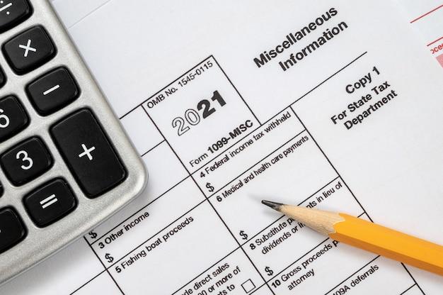 Formulário fiscal 1099-misc em um fundo branco