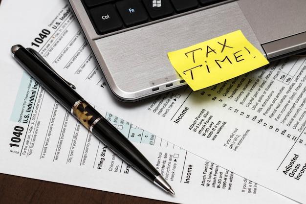 Formulário fiscal us 1040 com caneta e laptop