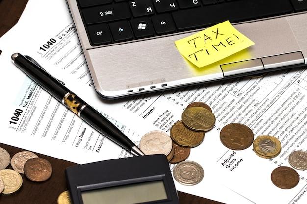 Formulário fiscal us 1040 com caneta e moedas