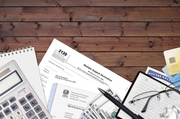 Formulário irs 2120 a declaração de suporte múltiplo está na mesa plana do escritório e pronta para ser preenchida