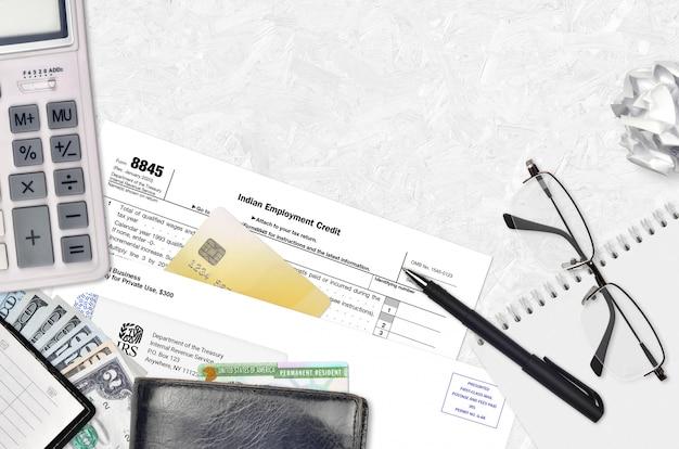 Formulário irs 8845 o crédito ao emprego indiano encontra-se na mesa plana do escritório e pronto para preencher