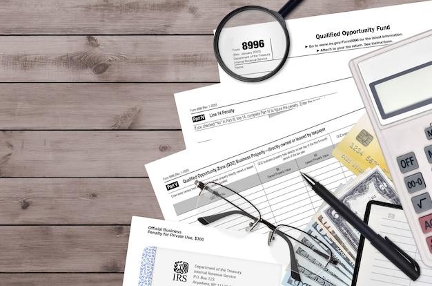 Formulário irs 8996 fundo de oportunidade qualificada encontra-se na mesa do escritório