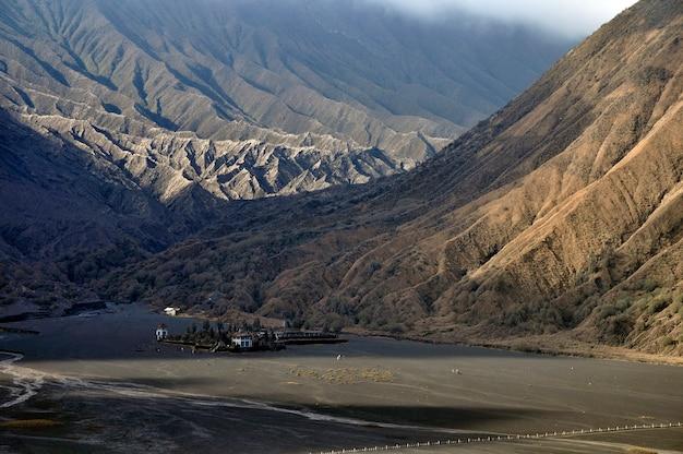 Formulário java do leste do vulcão de batok e de bromo, indonésia. .