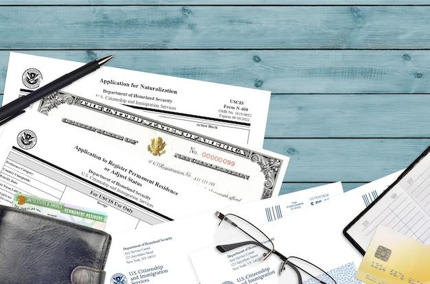 Formulário uscis i-485 pedido de registro de residência permanente e n-400 pedido de naturalização com certificado