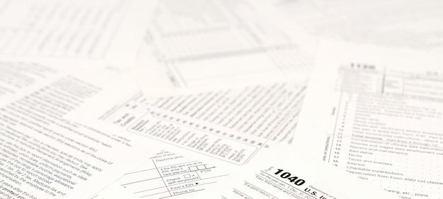 Formulários de imposto de renda em branco.
