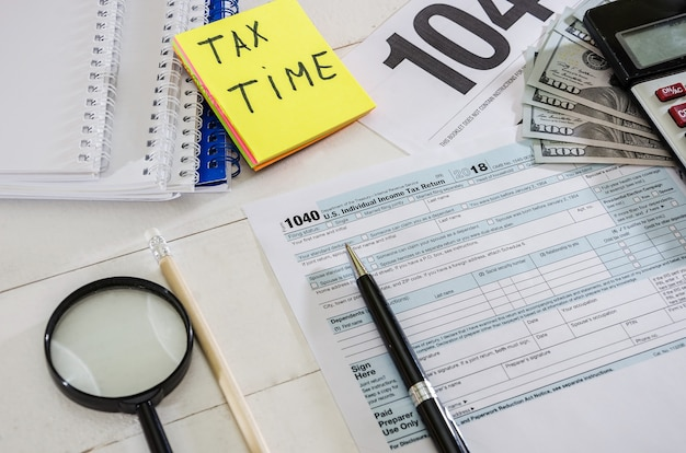 Formulários fiscais 1.040 dólares e uma caneta