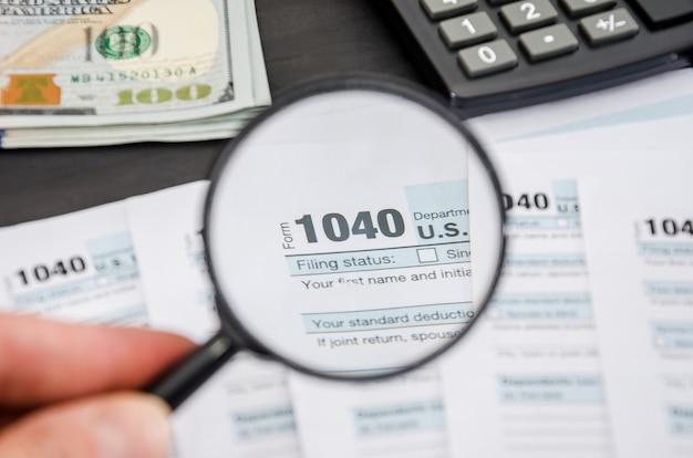 Formulários fiscais 1040 através de uma lupa