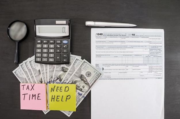Formulários fiscais 1040 caneta calculadora e dólares