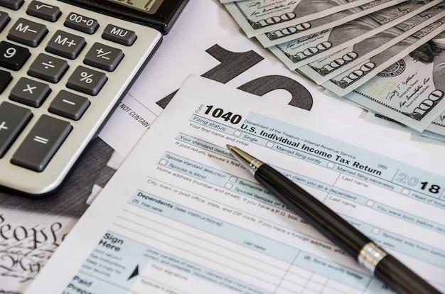 Formulários fiscais 1040 e calculadora com dólares