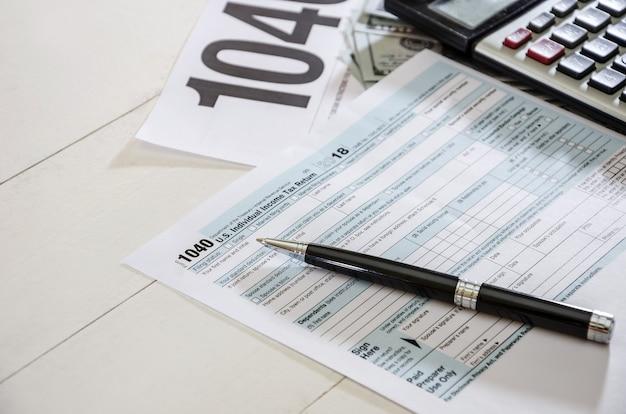 Formulários fiscais 1040 e documento financeiro de dinheiro