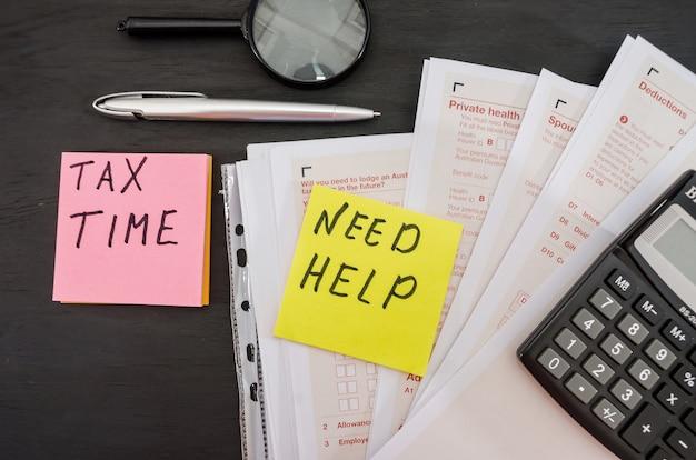 Formulários fiscais australianos com calculadora e caneta