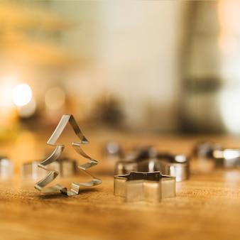 Formulários para biscoito na mesa de madeira