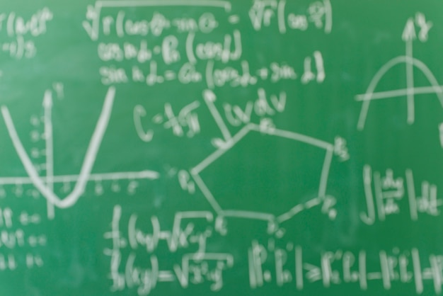 Fórmulas escritas por giz branco no conselho escolar
