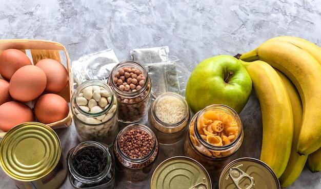 Fornecer comida. macarrão, trigo sarraceno, feijão, grão de bico