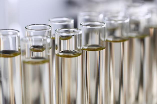 Fornecimento inovador de aditivo de gasolina derramado líquido amarelo. os detergentes dos produtos de limpeza para uso doméstico da linha de transporte ajudam a limpar o conceito de vacina antídoto de veneno de pragas de manchas de destruição.
