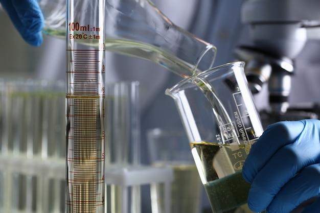 Fornecimento inovador de aditivo de gasolina derramado líquido amarelo