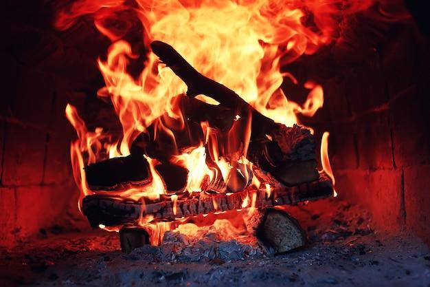 Forno antigo com chama de fogo
