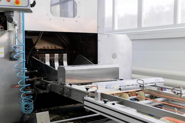 Forno industrial para waffles e início da esteira de uma fábrica de confeitaria