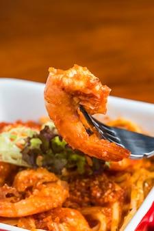 Forquilha com um delicioso camarão