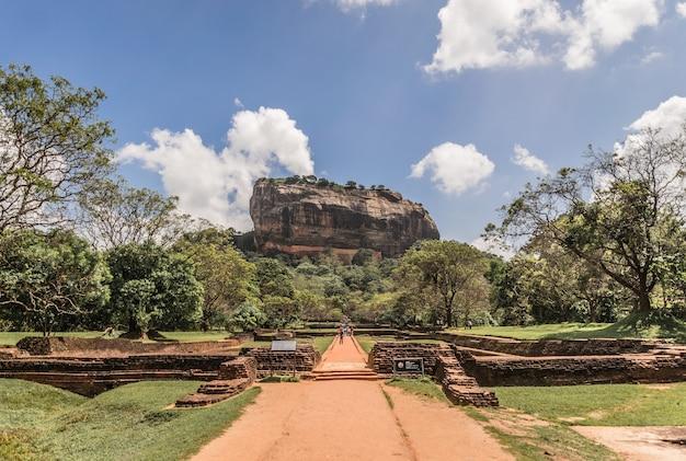 Fortaleza da rocha do leão de sigiriya no sri lanka.
