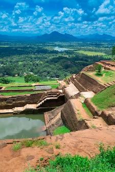 Fortaleza da rocha do leão de sigiriya no sri lanka
