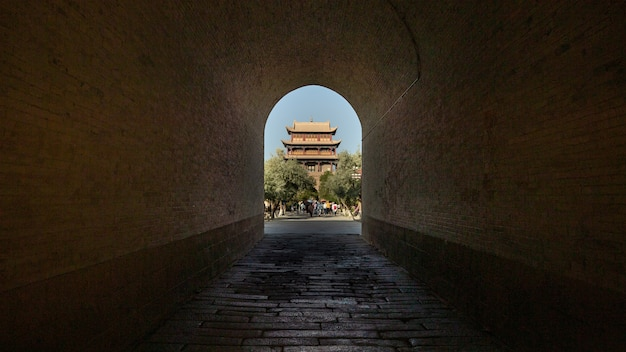 Fortaleza de jiayuguan através do arco na china