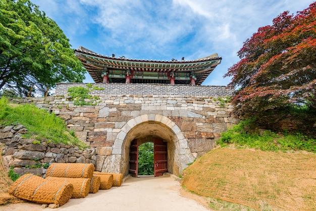Fortaleza de namhansanseong em seul coréia, local de património mundial da unesco.namhansanseong mountain