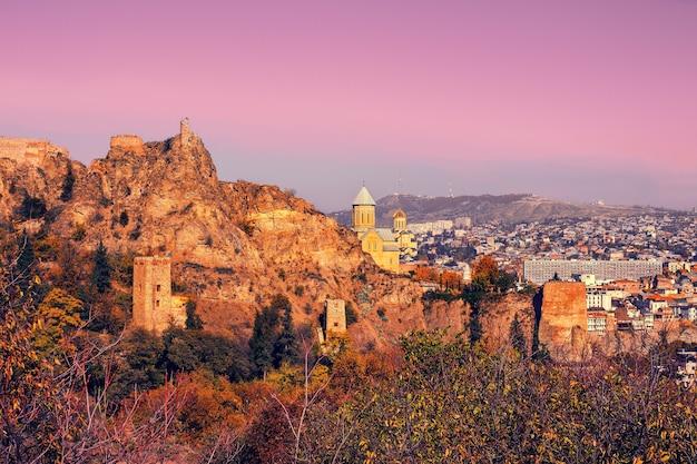 Fortaleza de narikala ao nascer do sol em tbilisi, país da geórgia