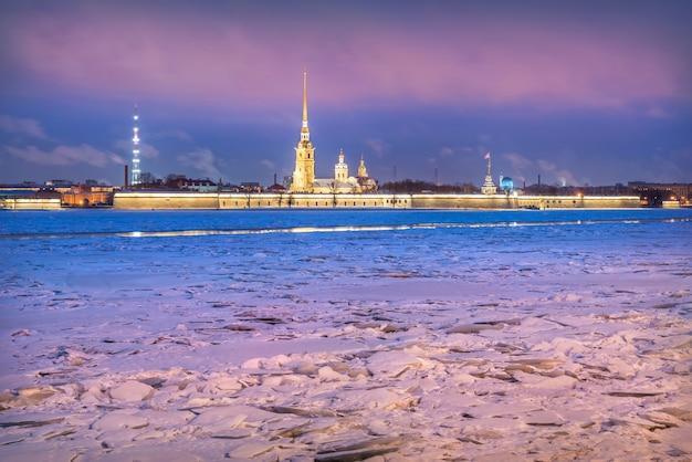 Fortaleza de pedro e paulo em são petersburgo e um aglomerado de blocos de gelo no rio neva