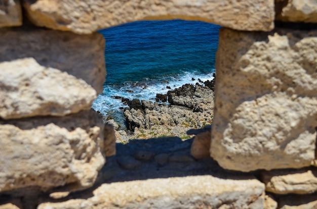 Fortaleza nas margens do mar azul