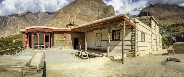 Forte antigo de baltit na estação do outono. karimabad, vale de hunza, paquistão.