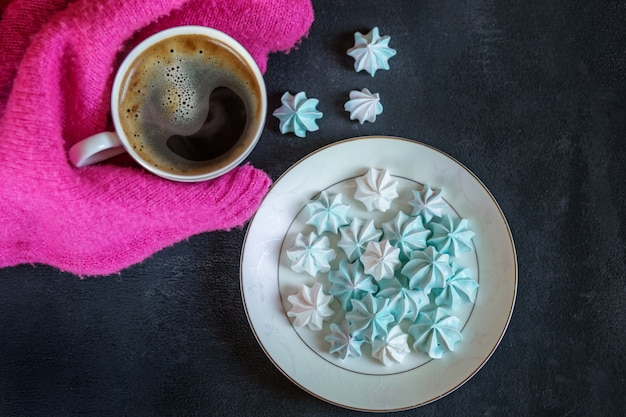 Forte café quente e merengue francês. conceito de bebidas, lazer e estilo de vida.