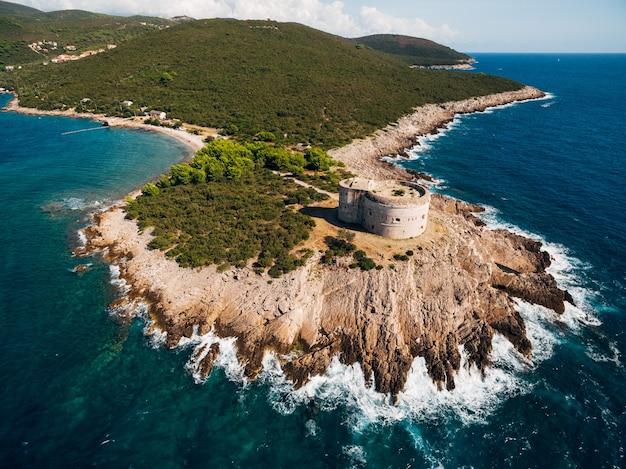 Forte de arza na baía de kotor em montenegro no mar adriático na península de lustica fortress