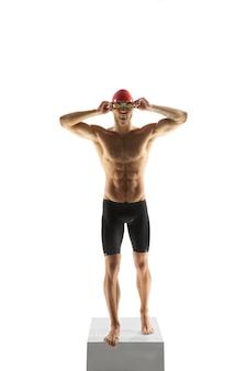 Forte. esportista profissional caucasiano, treinamento de nadador isolado no branco