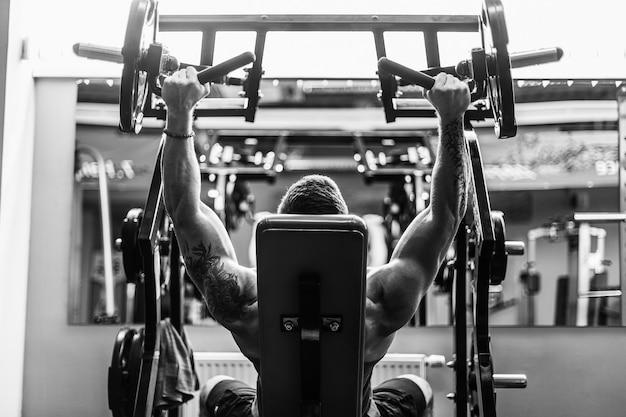 Forte fisiculturista treinando na academia