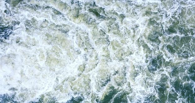 Forte redemoinho de água para o fundo. ondas de água