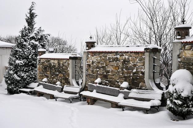 Forte tempestade de neve na cidade. banco no parque durante forte nevasca